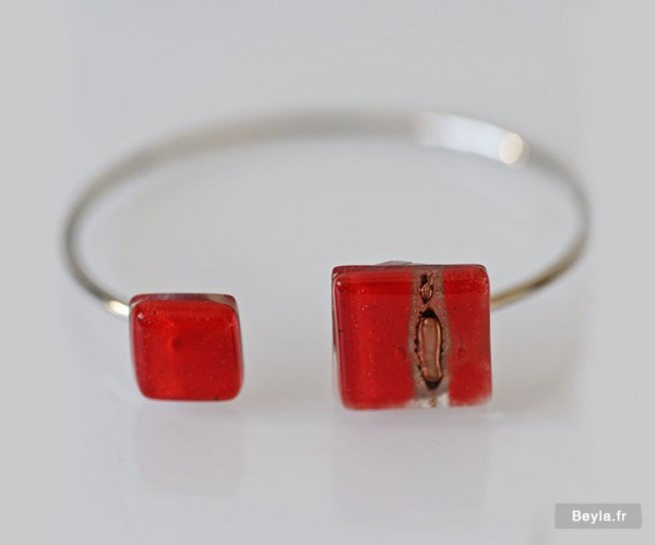 Bracelet carrés rouges en verre, par LENITA